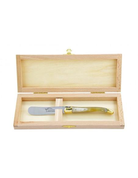 Couteau à beurre Laguiole. Finition laiton avec manche fin en corne pressée (claire)