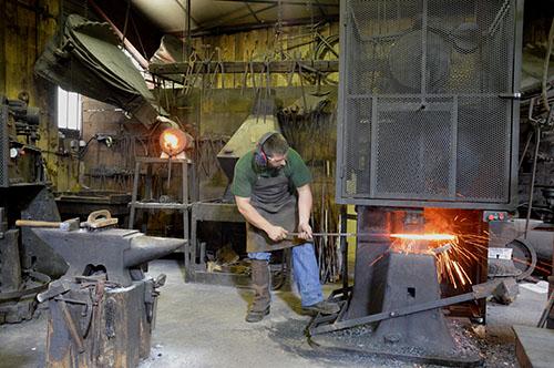 Forgeron de l'acier Damas à la Coutellerie Honoré Durand à Laguiole