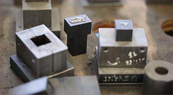 Bloc de frappe des ateliers de la forge moderne de la coutellerie Honoré Durand à Laguiole