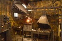 Atelier du forgeron du damas avec le four à gaz en cours de chauffe