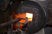 Barreau d'acier damas dans le four pour le mettre à la bonne température avant son travail