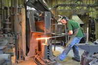 Travail au martinet pour souder les couches d'acier les unes aux autres