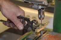 Perçage de la plaquette en bois d'olivier. La platine fait office de guide