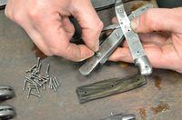 Préparation vissage du manche en pointe de corne sur les platines inox