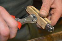 Sectionner le rivet qui tient le manche en bois avec les platines