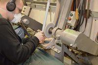 Début du façonnage du manche sur le backstand (bande abrasive gros grain)