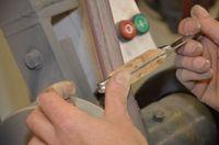 Début du façonnage du manche sur le backstand (bande abrasive grain moyen)