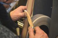 Milieu du façonnage du manche sur le backstand (bande abrasive grain moyen)