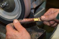Fin du façonnage du manche sur le backstand (bande abrasive grain fin) (1)