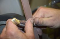 Fin du façonnage du manche sur le backstand (bande abrasive grain fin) (2)