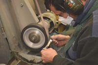 Fin du façonnage du manche sur le backstand (bande abrasive grain fin) (3)