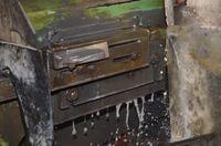 Lame en place sur porte outil machine à émoudre avec eau qui coule